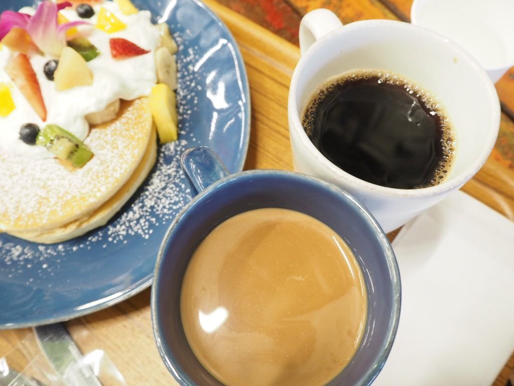 コーヒーとチャイ。こちらもボリューミー。