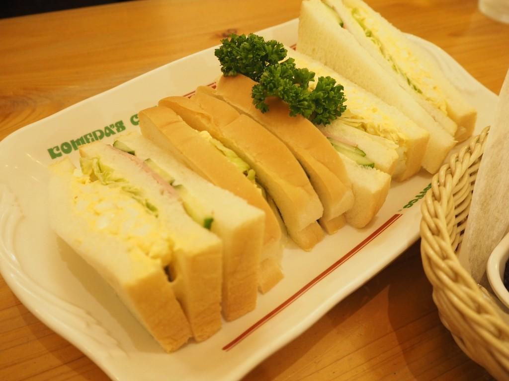 美味しそうなサンドイッチと…
