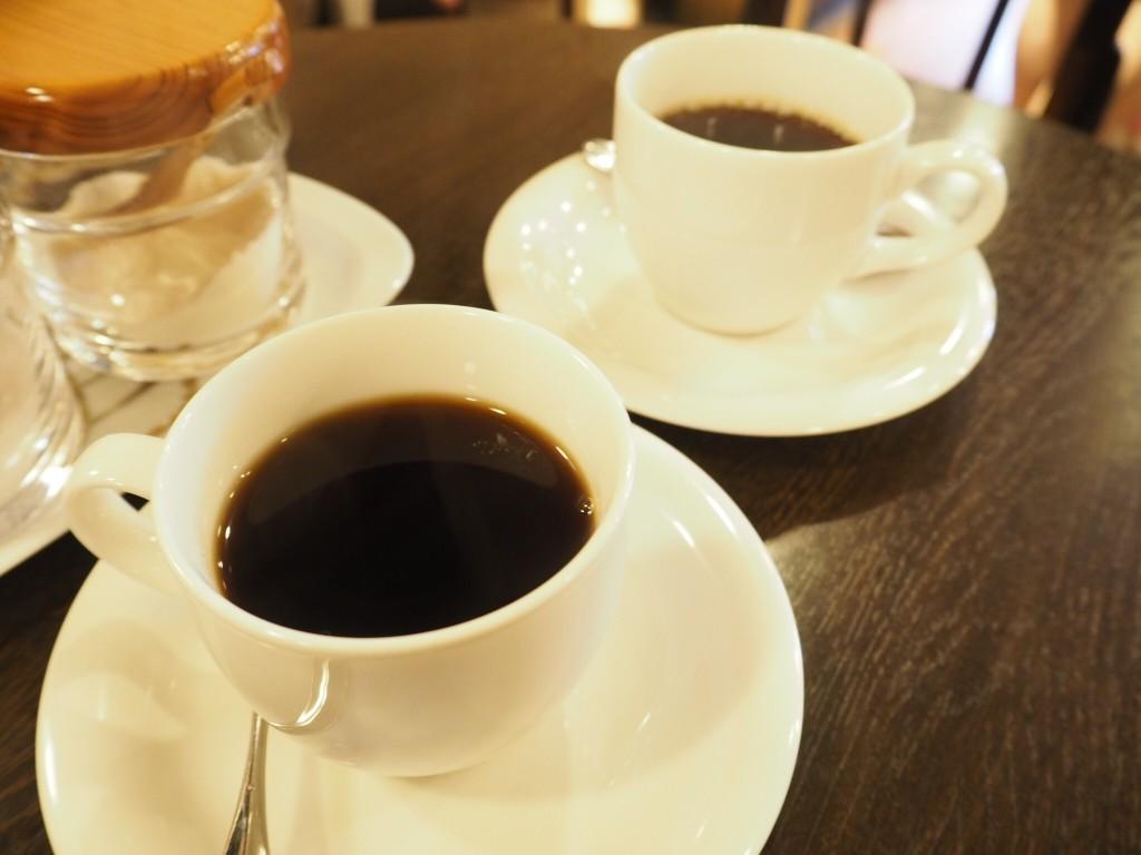 コーヒーを飲みながら焙煎が終わるのを待ちます